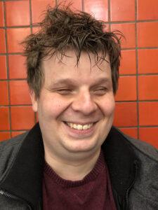 portret van een breed lachende Ferry Molenaar