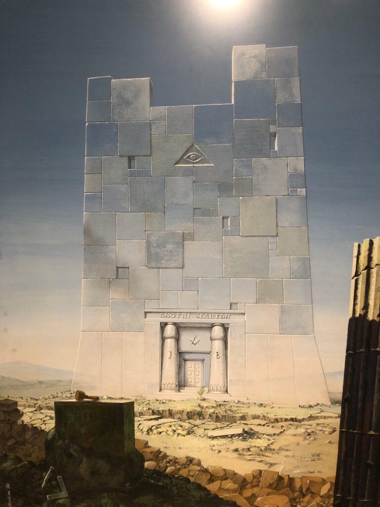 Op het schilderij staat een tempel afgbeeld waarvan de stenen op lijken te gaan in de blauwe lucht en de grond door zijn rood, gele kleur afsteekt tegen de blauwe lucht